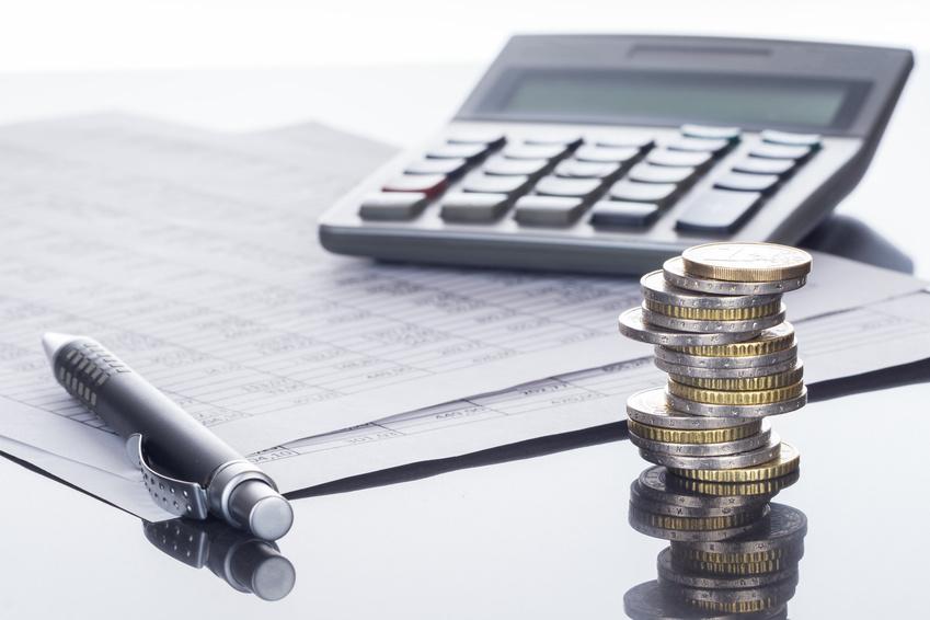 Finanzen, Euro Münzstapel, Kugelschreiber, Tabellen, und Baufinanzierung Hamburg: Taschenrechner, Hintergrund